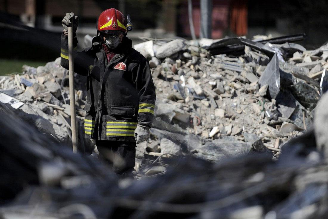 Спасатели продолжают поиски выживших в Италии, фото