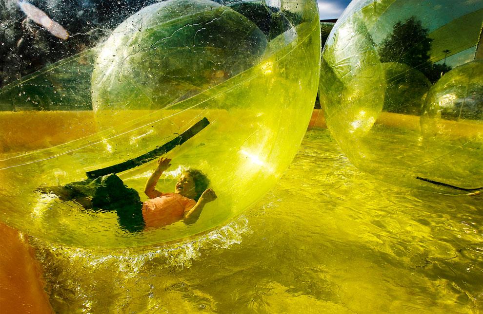 ребенок в шаре
