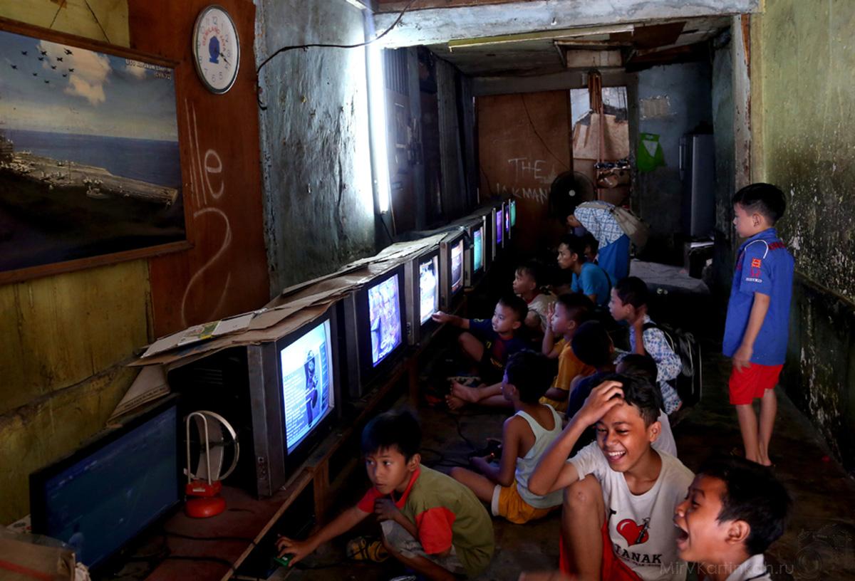 Мальчишки за видеоиграми