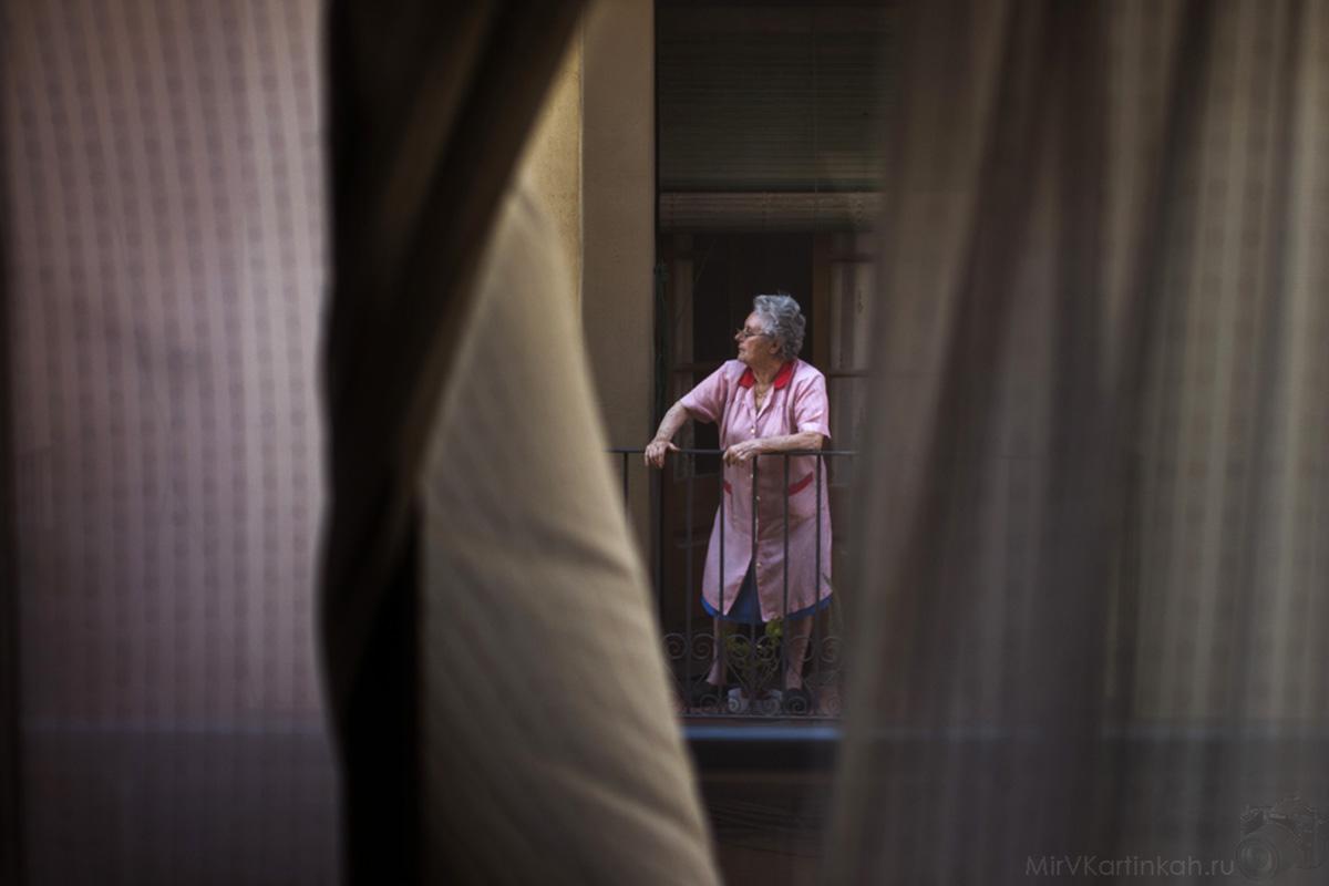 женщина стоит на балконе