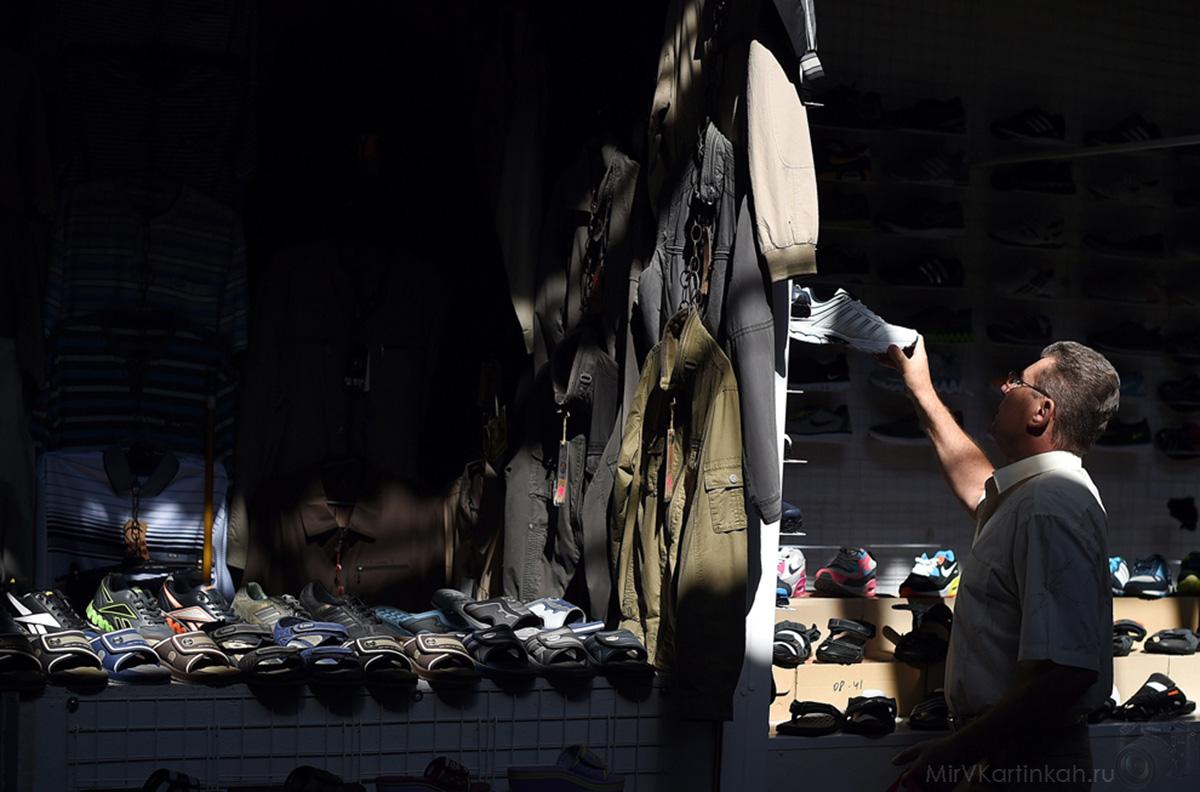 Мужчина в магазине обуви