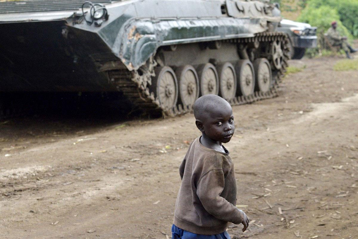 ребенок возле танка