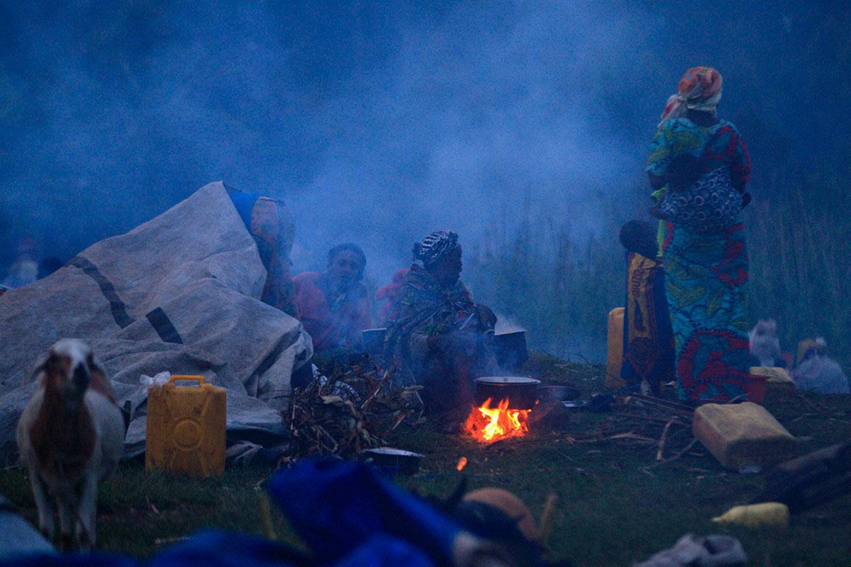 Семья беженцев готовит обед