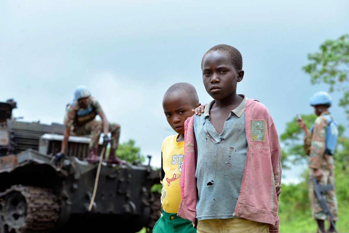 Дети возле сгоревшего танка