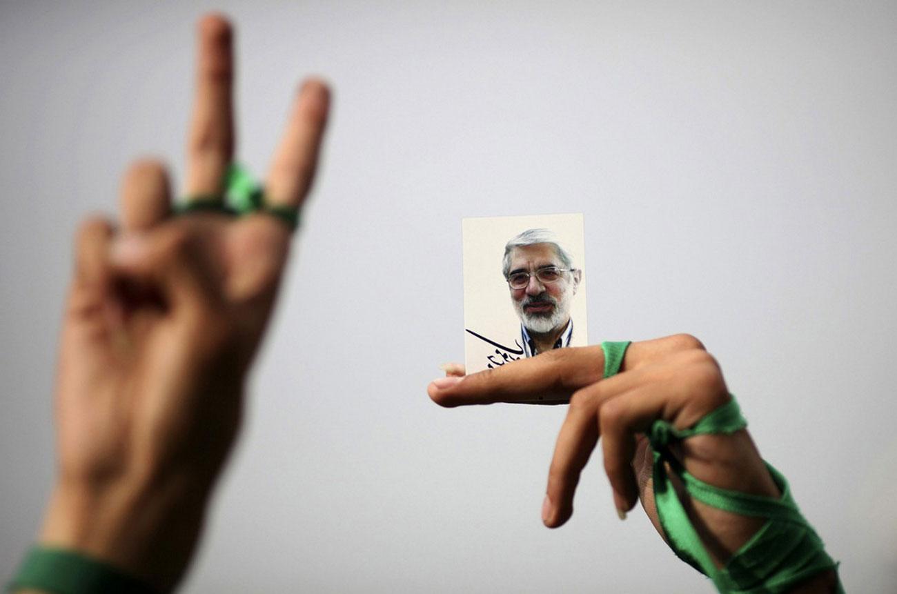 знак победы во время предвыборного собрания