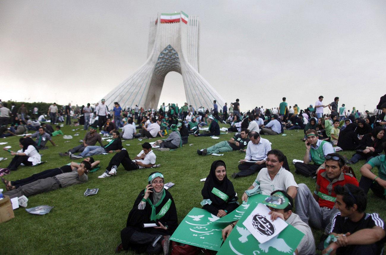 митинг возле памятника в Тегеране