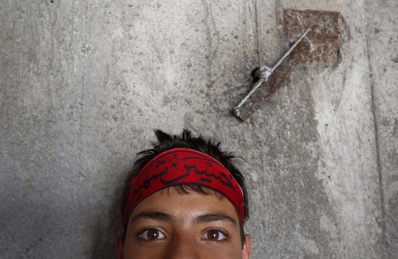 парень на голосовании в Иране