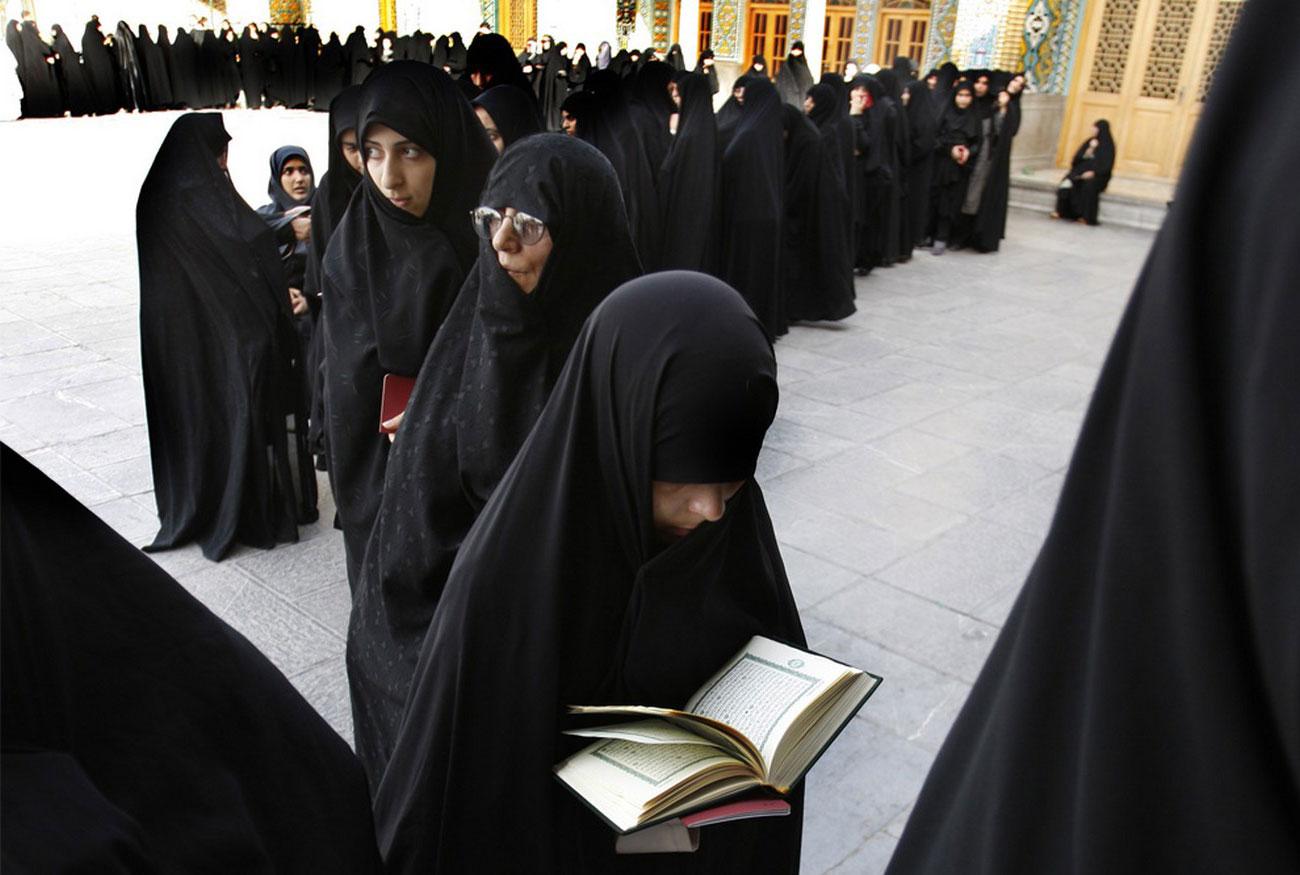 Иранская женщина читает Священный Коран