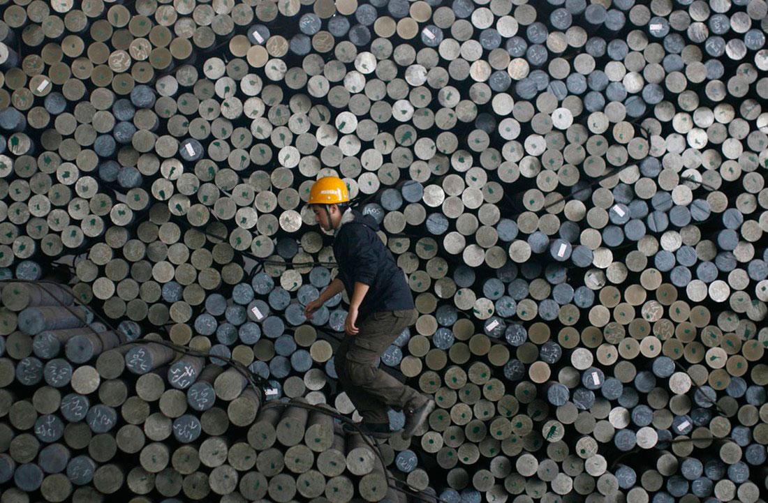 на металлургическом заводе в городе Ухань, фото
