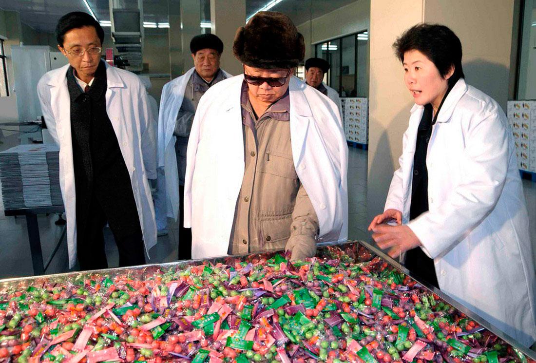 Ким Чен Ир на фабрике конфет, фото