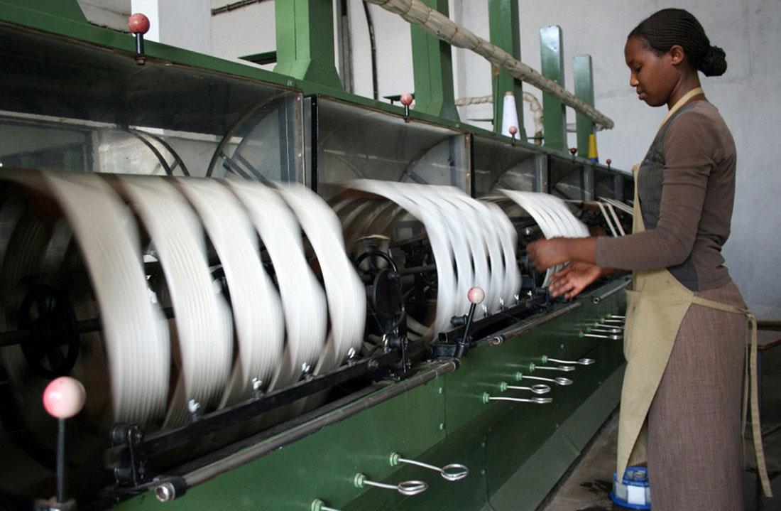 на фабрике по изготовлению шелковой пряжи, фото