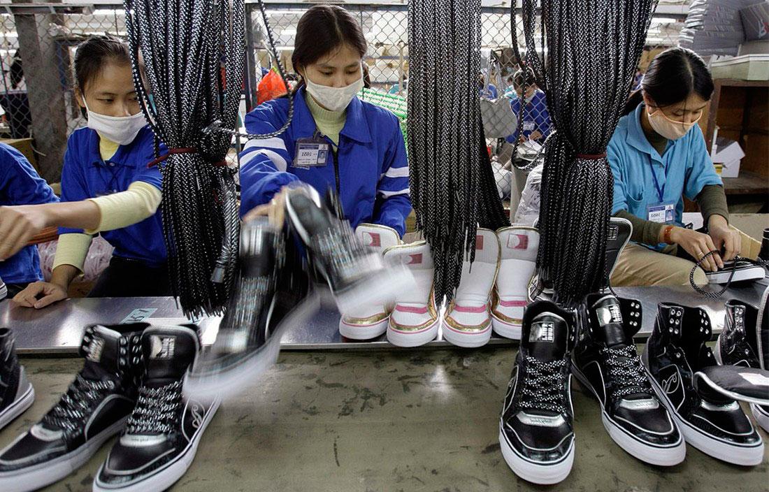 на обувной фабрике в Ханое, Вьетнам, фото