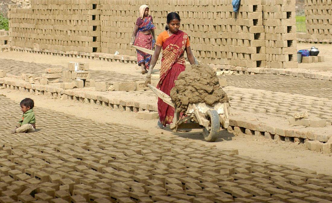 на кирпичном заводе в деревне Takarjul, фото