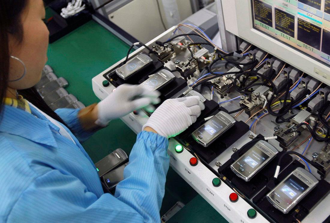 сборка мобильных телефонов на заводе LG, фото