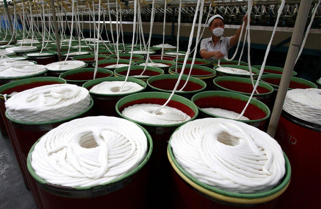 на текстильной фабрике в провинции Сычуань, фото