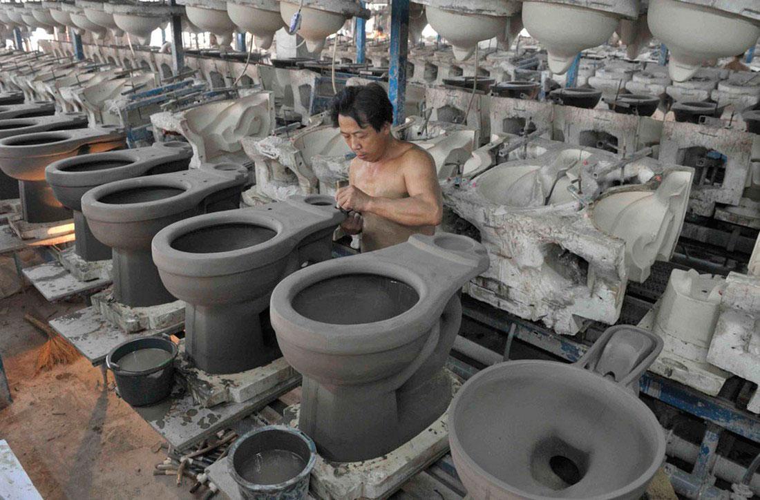 унитазы на керамической фабрике, фото