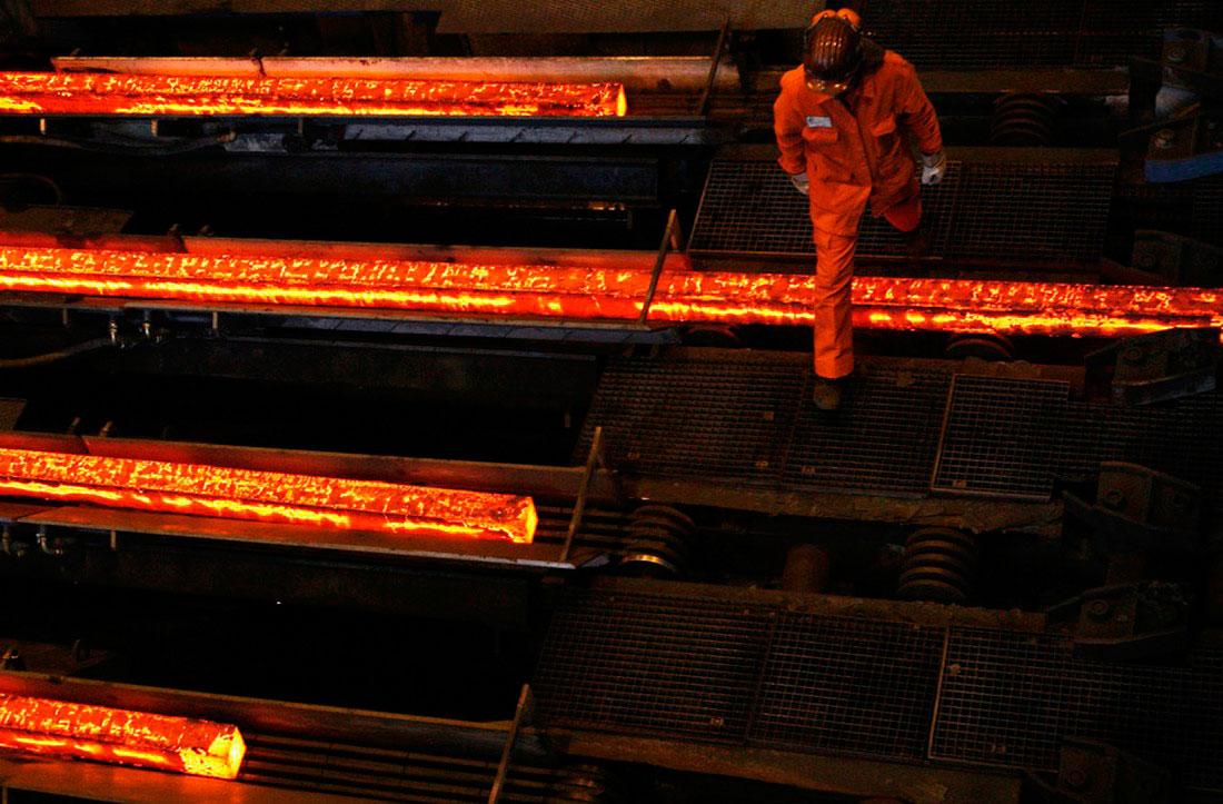 раскаленные стальные пластины на заводе, фото