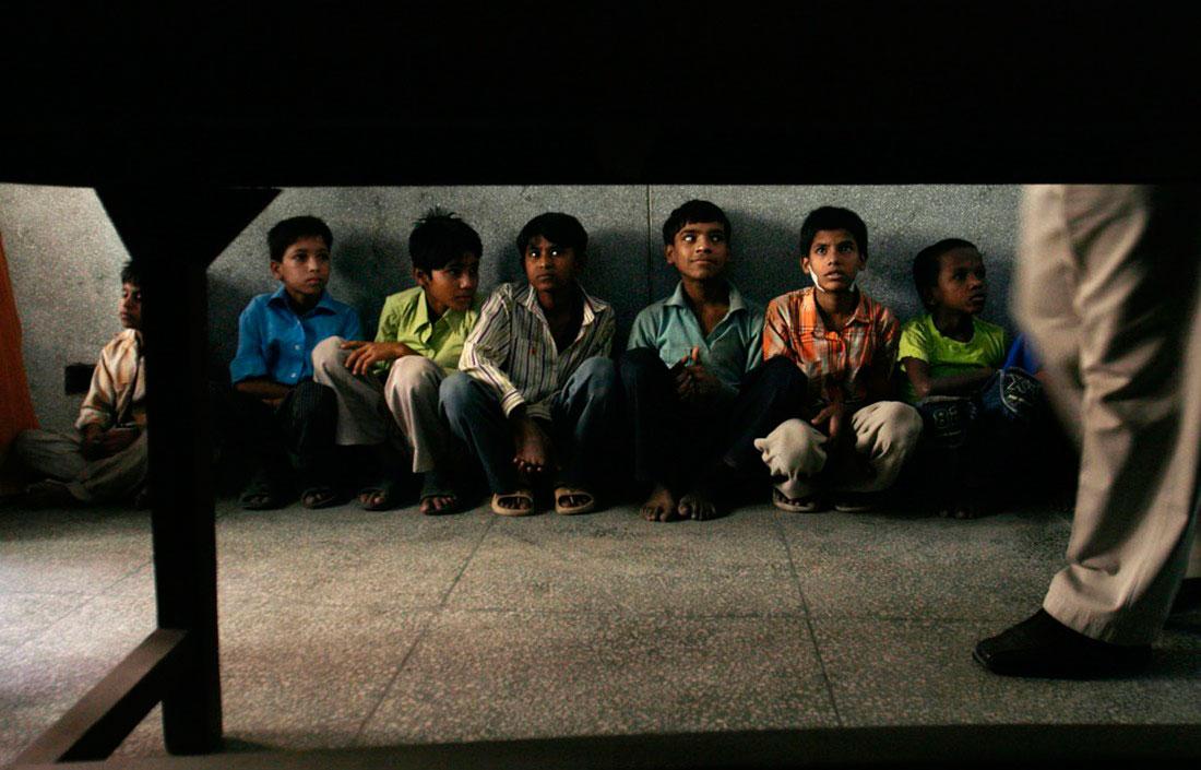 Дети рабочих сидят в полицейском участке, фото