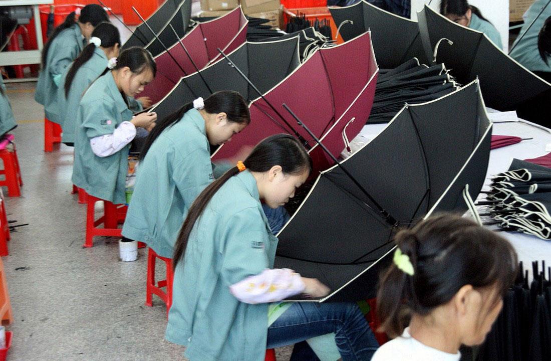 делают зонтики на фабрике, фото