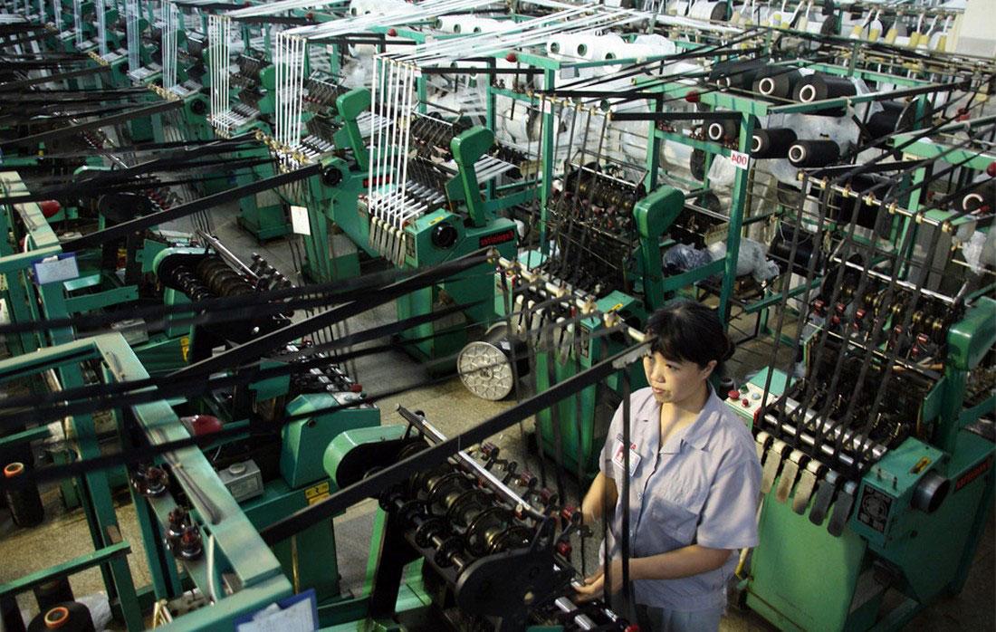 Женщина на фабрике по изготовлению молний, фото