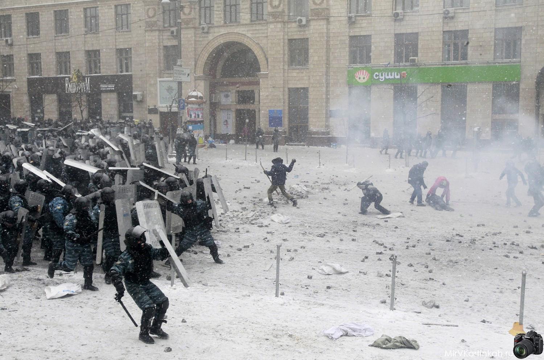 столкновение на площади