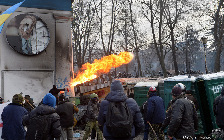 Протестующие пускают огонь