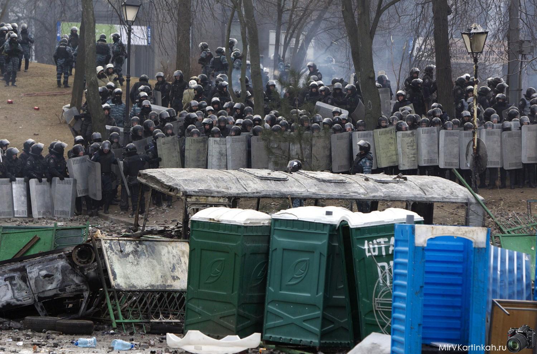 Полиция пытается подавить восстание