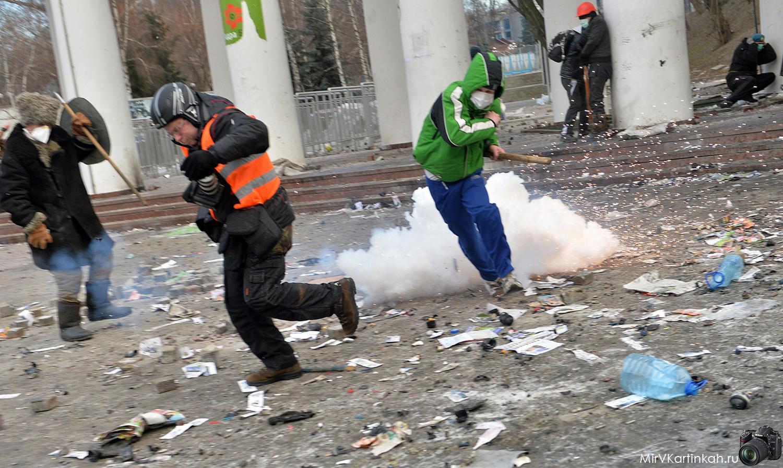 Люди разбегаются от слезоточивого газа