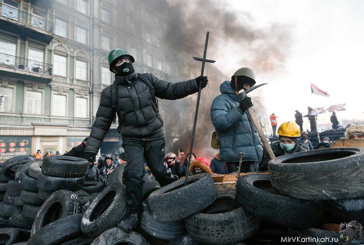 Митингующие строят баррикады