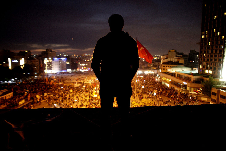человек на крыше культурного центра Ататюрка
