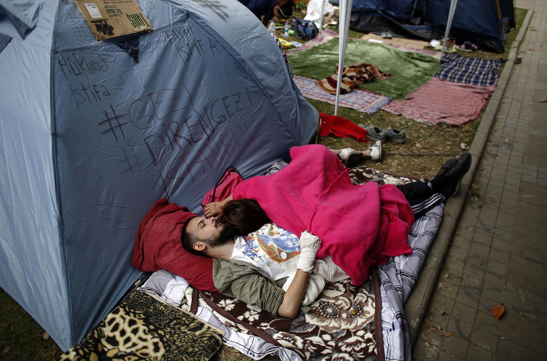 Участники акции спят возле палатки