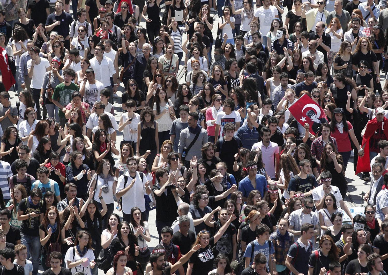 Участники митинга на площади в Анкаре