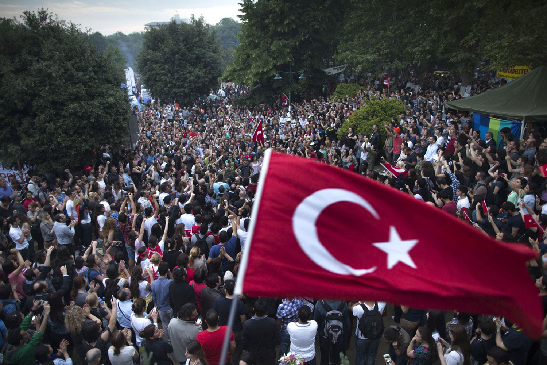 толпа народа в Стамбуле