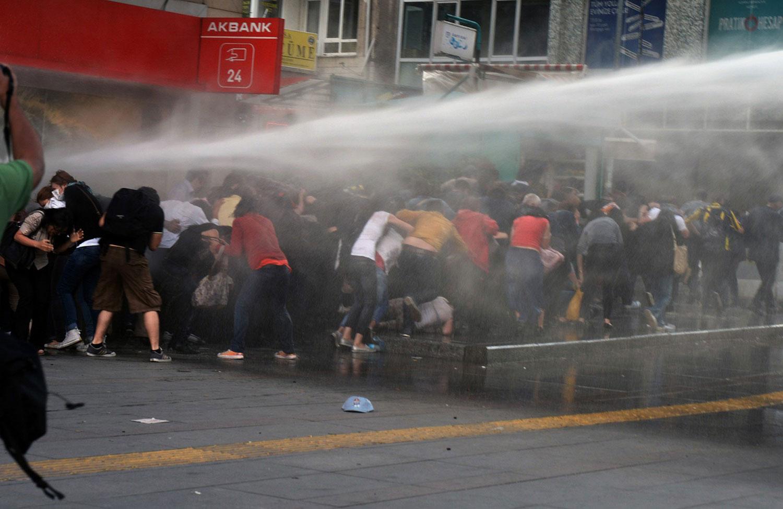 стрельба из водомета по людям