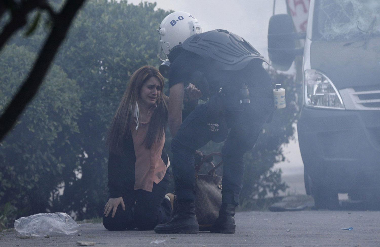 полицейский помогает девушке