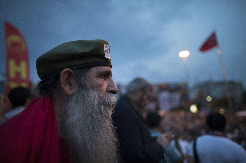 Человек наблюдает за участники митинга