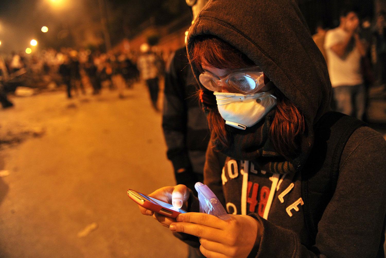 Женщина отправляет sms по мобильному телефону