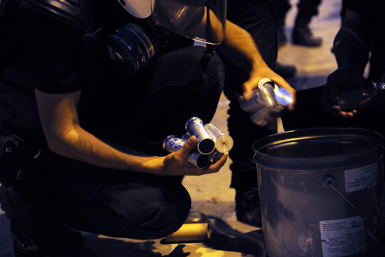 спецназовцы достают балончики со слезоточивым газом