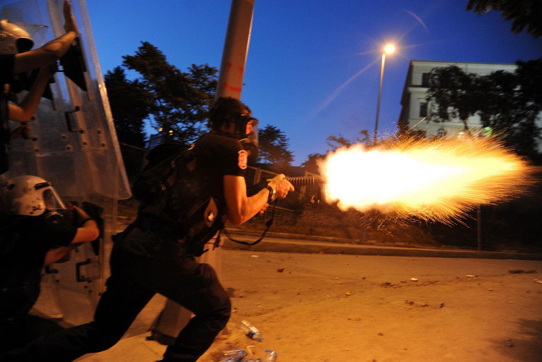 Турецкий полицейский стреляет газом