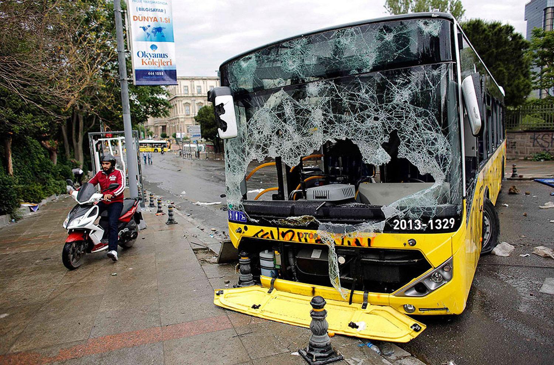 Разбитый протестантами автобус