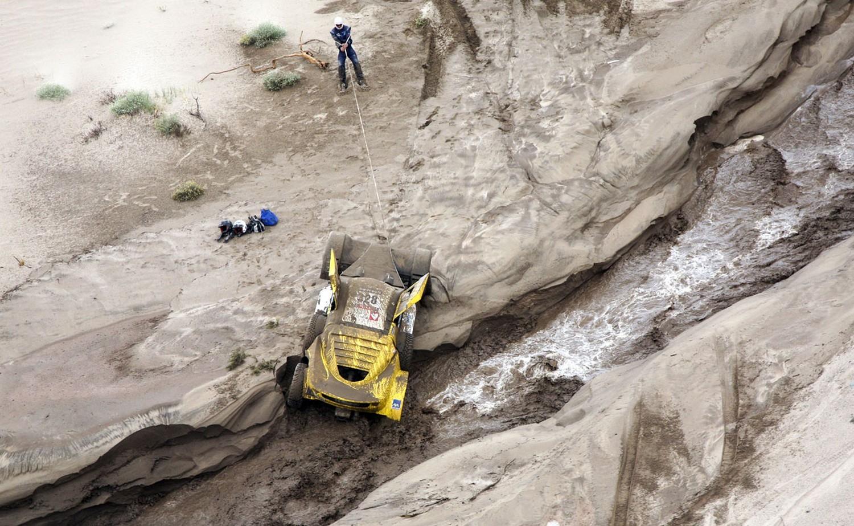 машина провалившаяся в реку, фото Дакар