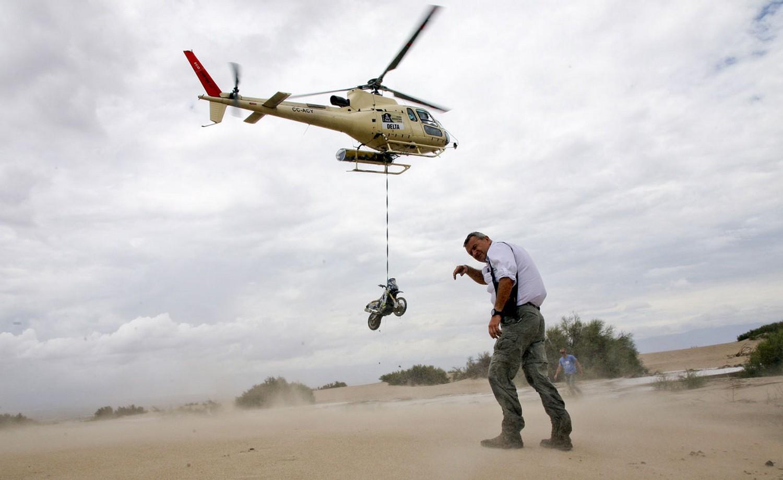 вертолет транспортирующий мотоцикл, фото ралли