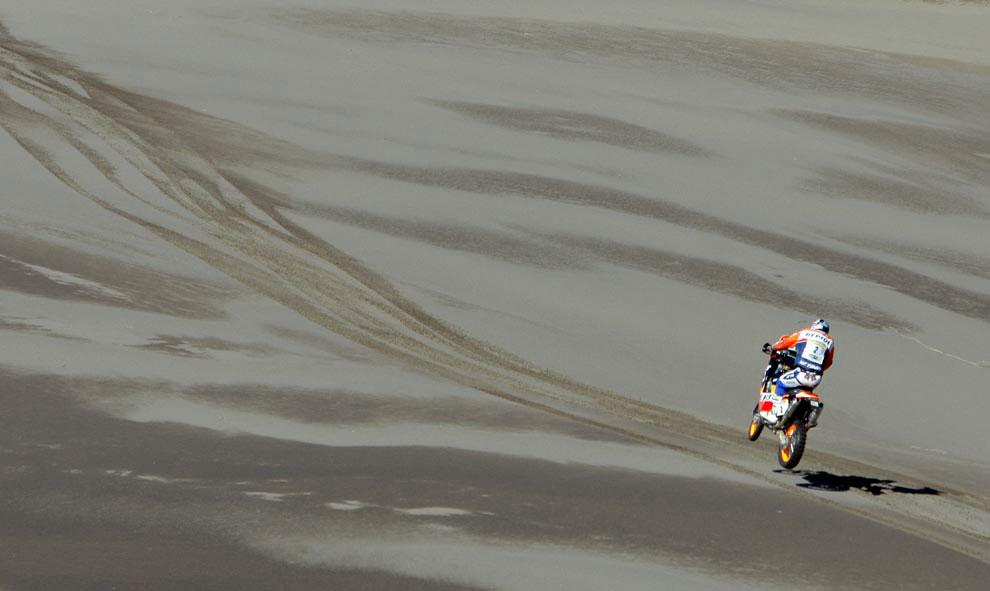 Испанец на мотоцикле марки KTM, фото с ралли Дакар