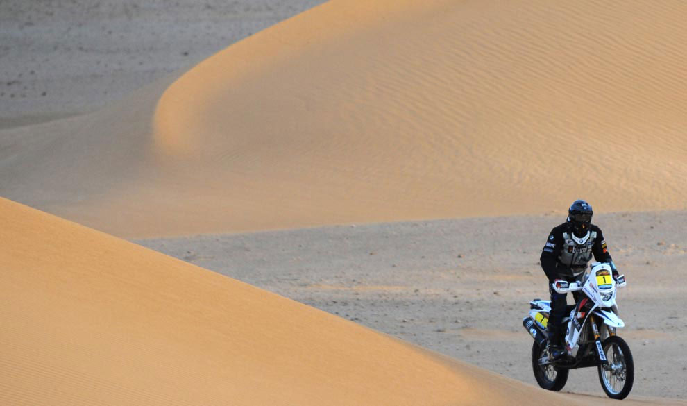 Испанец Хуан Мануэль Пельисер на мотоцикле, фото с ралли Дакар