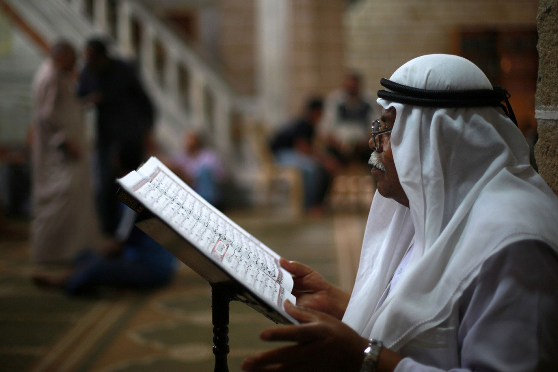 Палестинец читает стихи из Корана