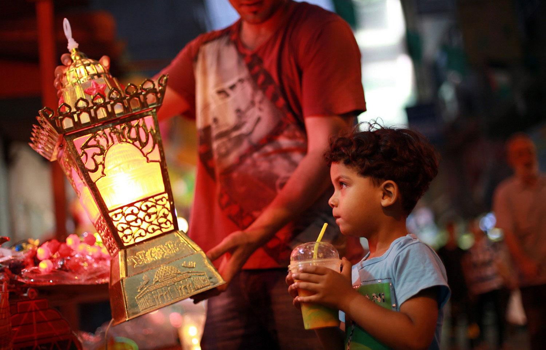 мальчик смотрит на фонарь
