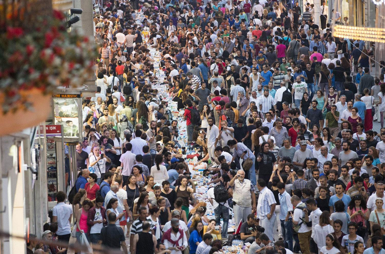 люди собрались за столом на проспекте Истикляль