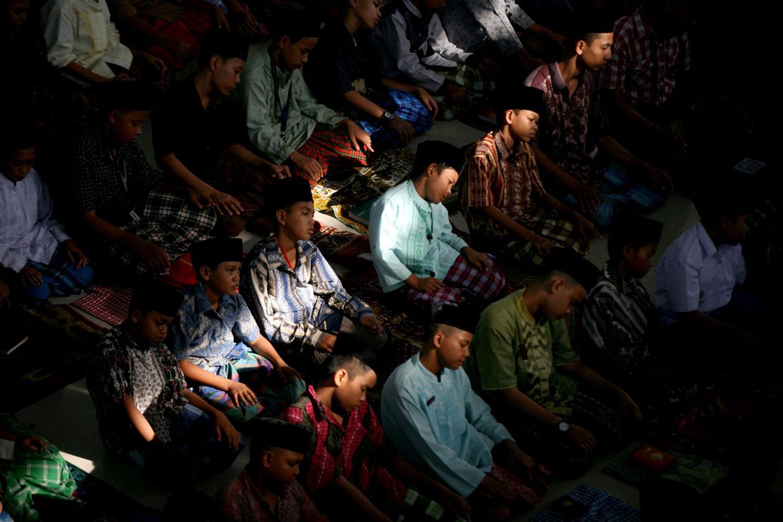 Студенты за дневной молитвой