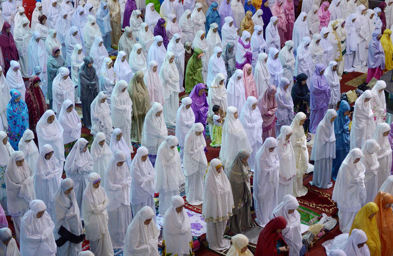 женщины молятся в мечети