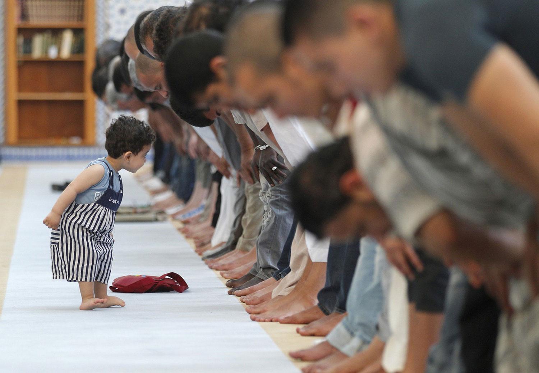 ребенок во время молитвы в чечети